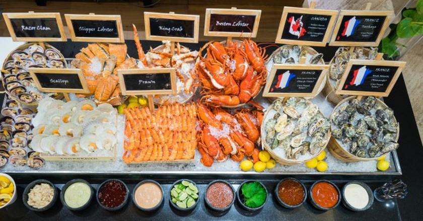 Seafood spread at Oscar's | Courtesy of Conrad Centennial Singapore