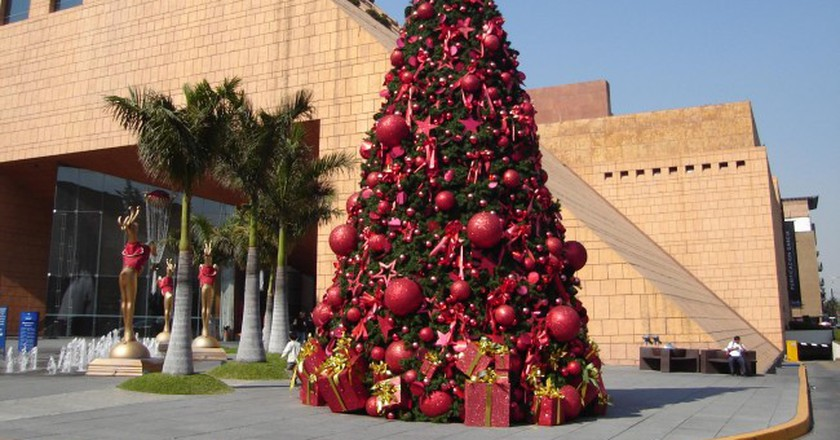 Christmas tree outside a shopping centre in Mexico City   © Kiewic/Flickr