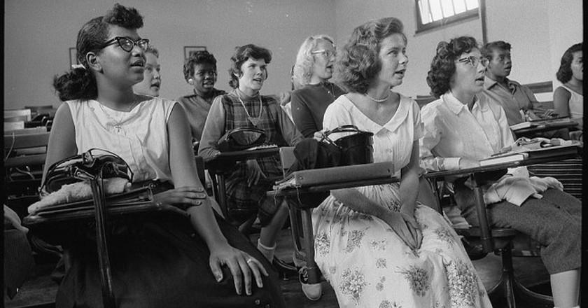An integrated classroom in Anacostia High School, Washington, DC (1957)   ©Warren K. Leffler / Wikimedia Commons