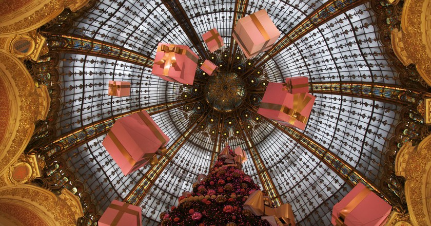 Suspended presents at the Galeries Lafayette │© David Huang