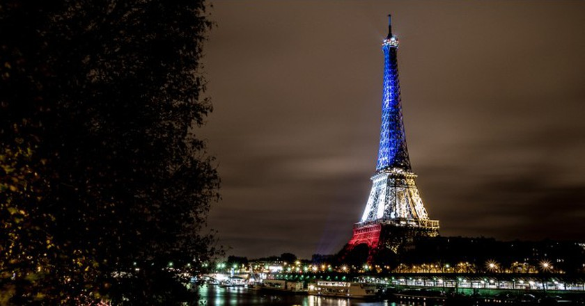 The Eiffel Tower lit in blue, white, and red │© Yann Caradec