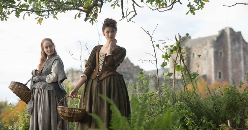 Lotte Verbeek and Caitriona Balfe in 'Outlander' | © Amazon/Starz