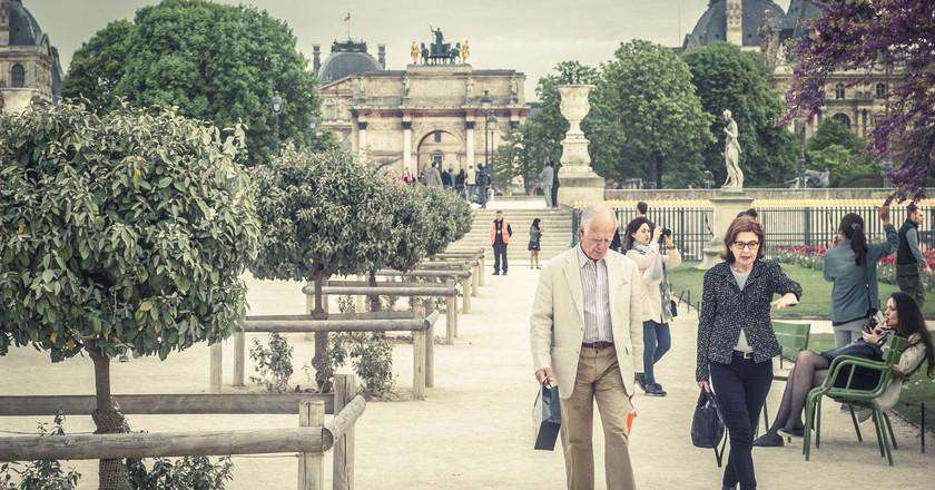 'Parisians' walking in a park │© Kristijonas Dirse