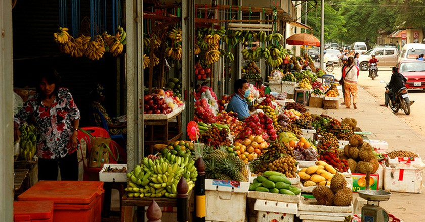 A colourful array of tropical fruits is sold from one of many roadside stalls  © Allie Caulfield/Flickr www.flickr.com/photos/wm_archiv/