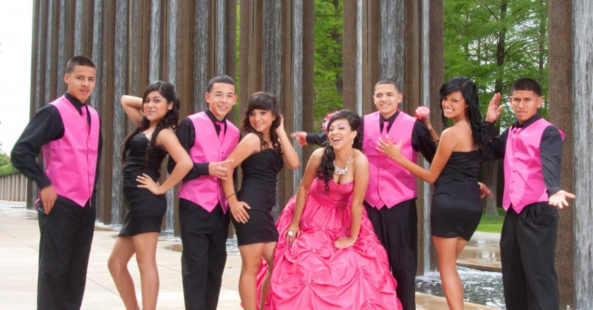 A quinceañera, her damas and chambelanes   © De Leon Photography and Video/Flickr