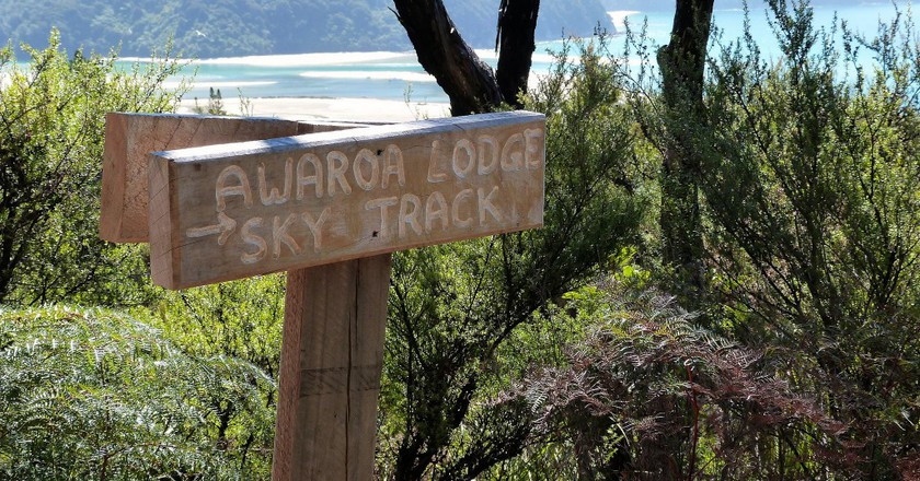 Awaroa Lodge Sky Track Sign   © Lee Coursey/Flickr