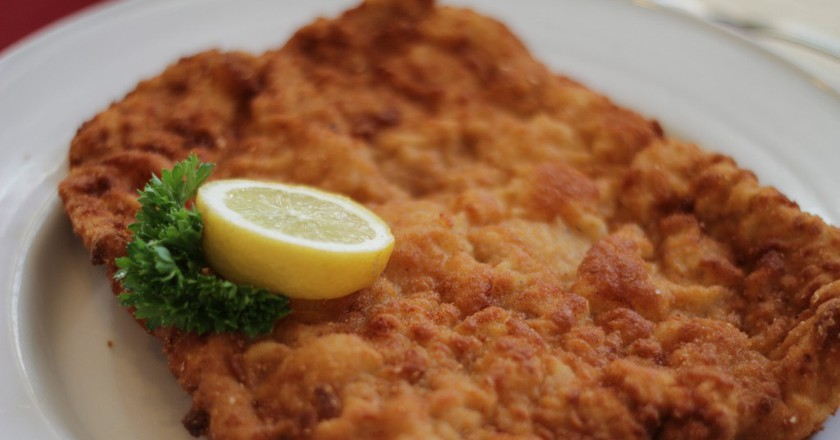 A traditional wiener schnitzel, served with lemon | © tribp / Flickr