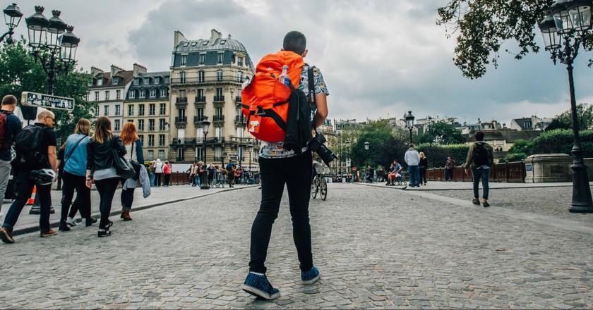 Backpacker in Paris │© Bea Represa / Flickr