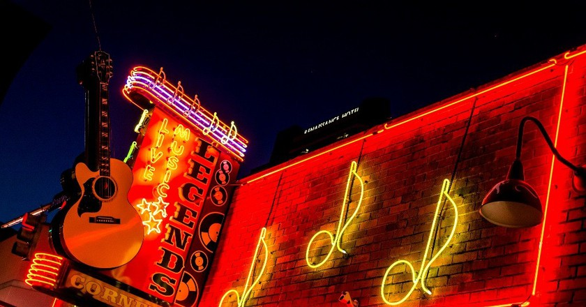 """<a href=""""https://www.flickr.com/photos/con4tini/30752583520/"""" target=""""_blank"""">Downtown Nashville   © dconvertini / Flickr</a>"""