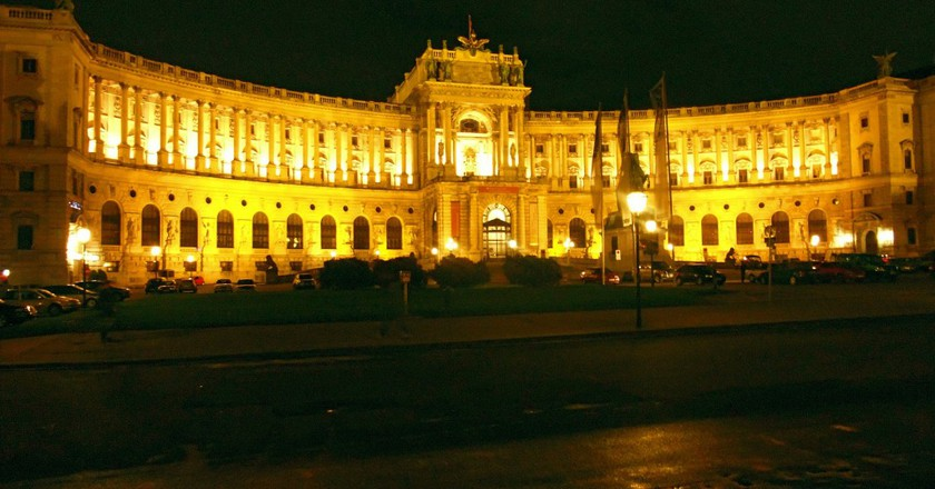 Vienna's Hofburg Palace lit up at night | © hansiline / Pixabay