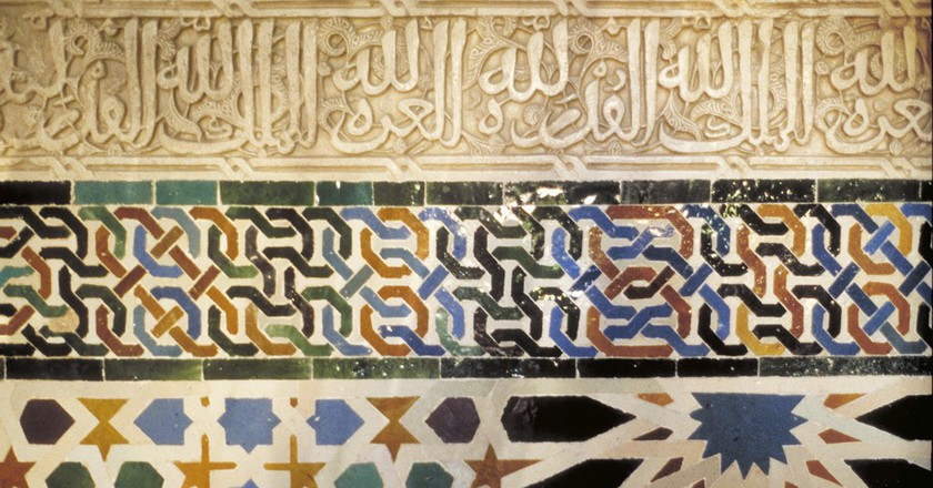 Intricate tile mosaics adorn the interior walls of the Alhambra´s Nasrid palaces | © MCAD Library/Flickr
