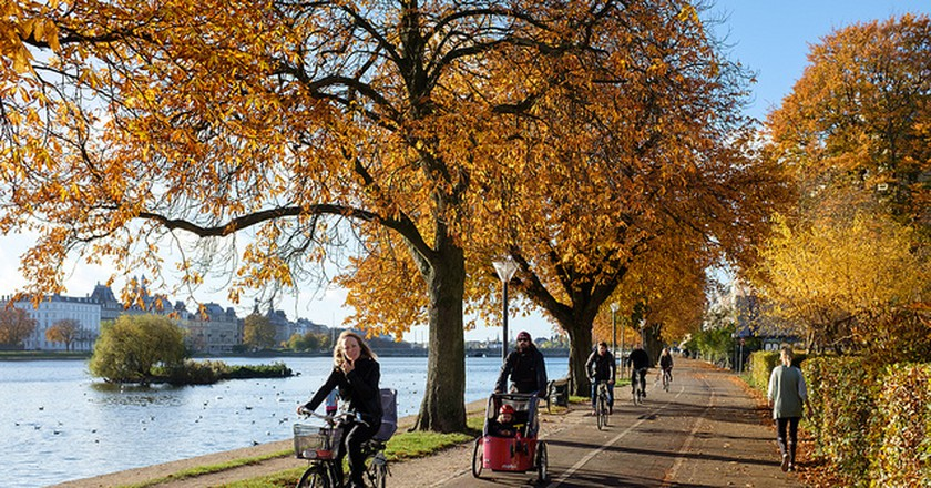 Biking along the lakes | © Kristoffer Trolle / Flickr