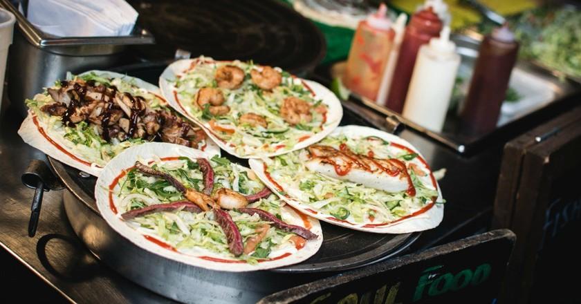 Street food | © Jakub Kapusnak / Foodies Feed