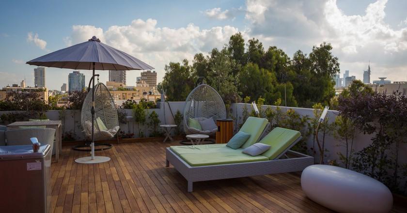 Enjoy a drink on the rooftop of Tel Aviv's Shenkin Hotel | © Shenkin Hotel Courtesy PR