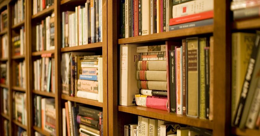 Bookshelf   © Stewart Butterfield/Wikimedia Commons