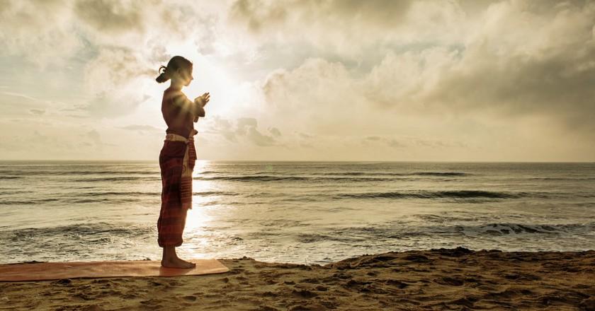 Morning yoga on the beach | ©Surya Namaskar / Flickr