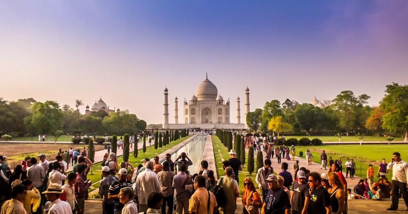 Toursits gazing at the Taj Mahal | ©Pivizo.com / Flickr