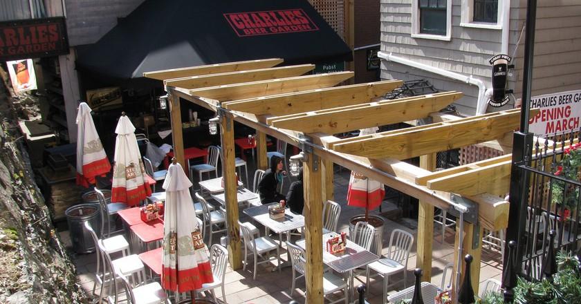 Charlie's Kitchen outdoor patio | © rebuildingsince92 / Flickr