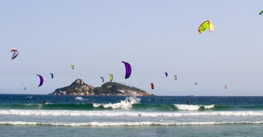 Kitesurfing in Barra |© Pedro Kirilos/Flickr