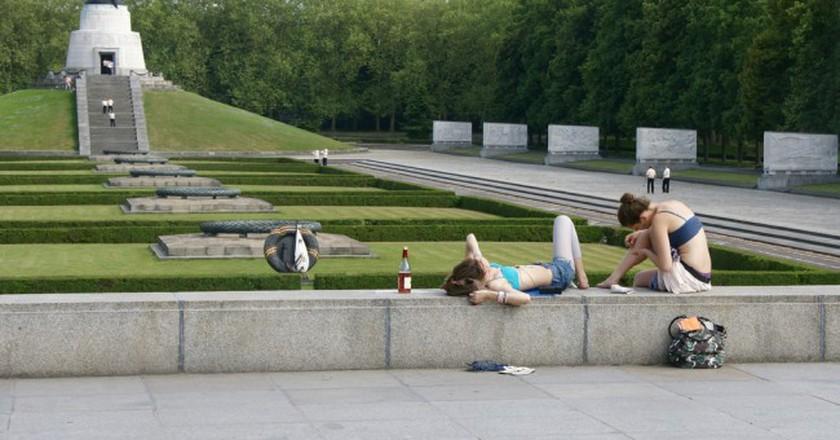 Girls relaxing at the soviet memorial   © Romana Klee/Flickr