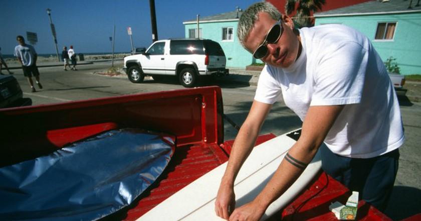 Tom Delonge with a surfboard   © Kerry Key/Flickr