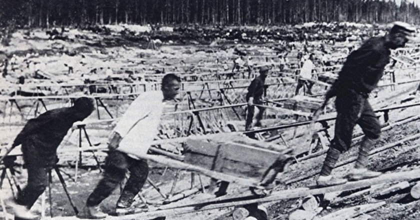 Prisoner labor at construction of Belomorkanal | Wikimedia Commons