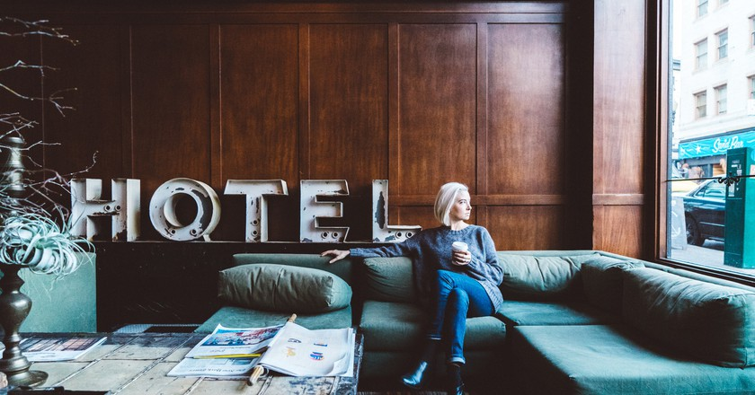 Woman sitting in hotel lobby | © Joshua Ness / StockSnap