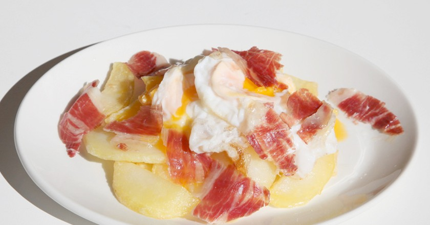 Huevos rotos and ham | © Casa Del Abuelo