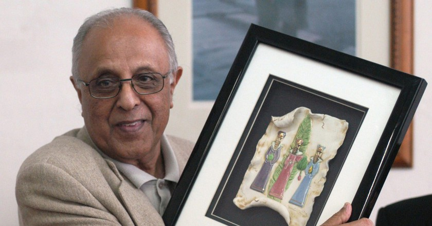 Kathrada shows a present he received during a ceremony held in his honor on April 29, 2004 at the Headquarters of the Afro World of Montevideo   © Ivßn Franco