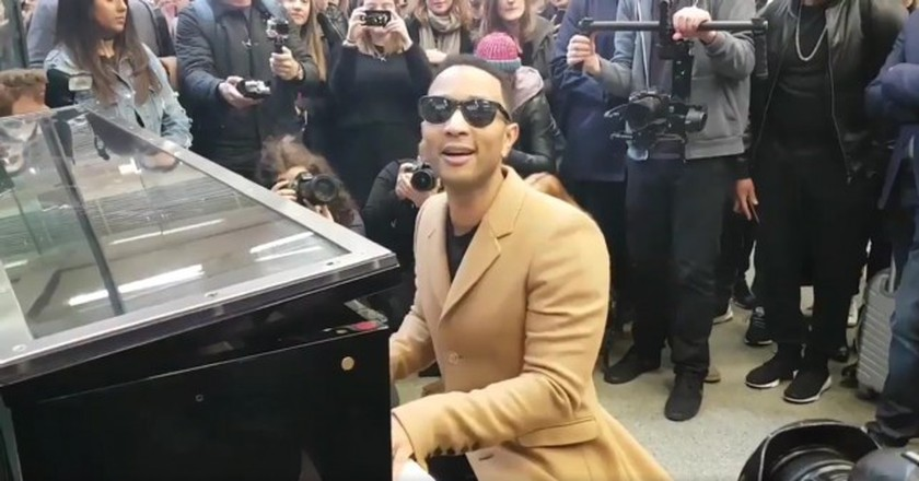 John Legend hopped off the Eurostar to perform | @ lucyj_ford/Twitter