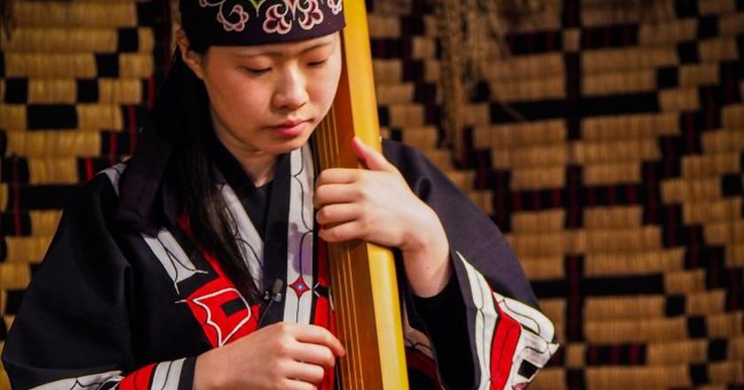 Ainu woman playing an instrument   © XonLoke/Pixabay