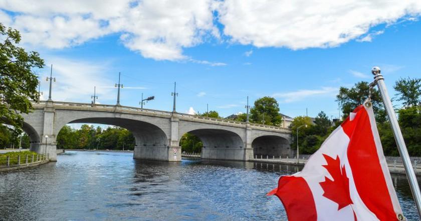 Cruising along Ottawa's Rideau Canal | © Hayley Simpson