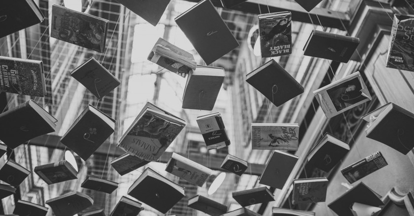 Hanging Books | © Negative Space / Flickr