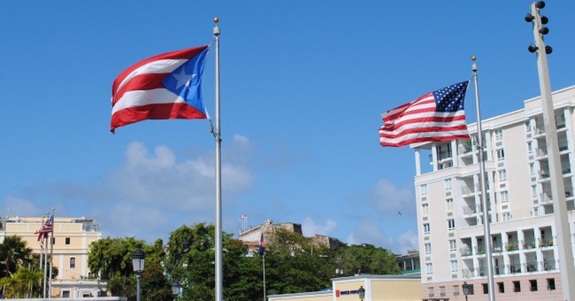 Puerto Rico and United States flags   © Lee Cannon/ Flickr