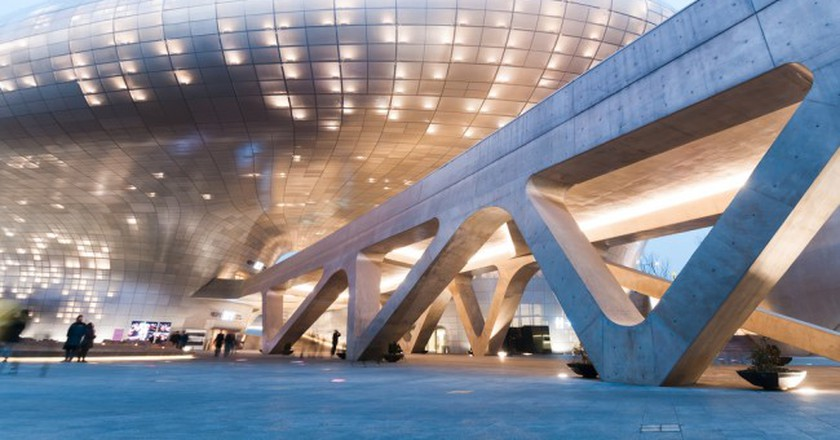 Dongdaemun Design Plaza at night, The building designed by Zaha Hadid and Samoo | © T.Dallas / Shutterstock