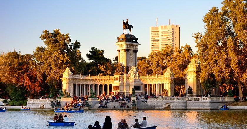 People enjoy spring evening in Buen Retiro park   © Rodrigo Garrido/Shutterstock