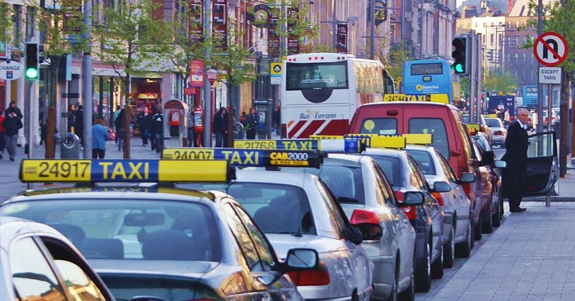"<a href=""https://commons.wikimedia.org/wiki/File:Taxi_Rank_Dublin.JPG"" target=""_blank"">Taxi rank on O'Connell Street Dublin, Ireland | © Jaqian / Wikimedia Commons</a>"