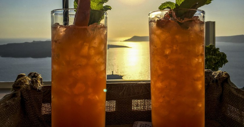 Cocktails in Fira, Santorini | © Dafydd Vaughan / Flickr