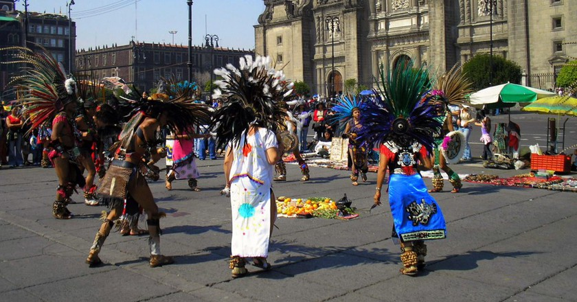 Dancers outside the cathedral | © Gustavo M / Flickr