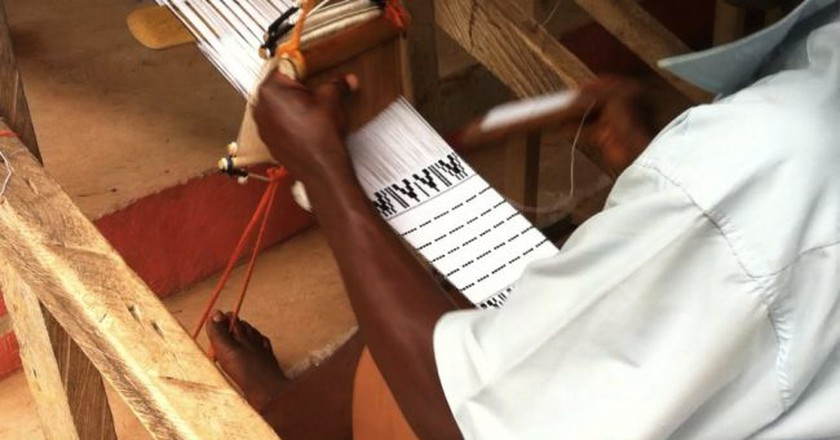 Kente weaver at work, Adanwomase