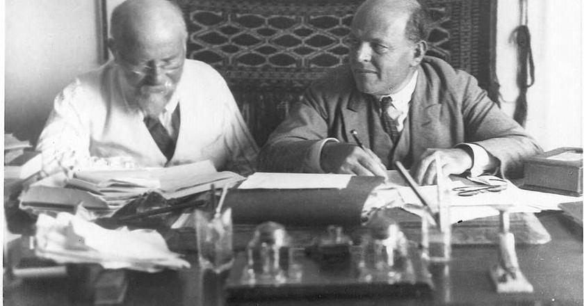 "<a href=""https://commons.wikimedia.org/wiki/File:Bialik_%26_Ravnitzki.jpeg"" target=""_blank"">Chaim Bialik (right) with Joshua Ravnitzki (left)   Zvi Oron-Orushkes / Wikimedia Commons</a>"