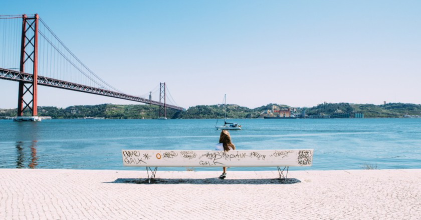 Sitting by the Tagus River © Jason Briscoe / Unsplash