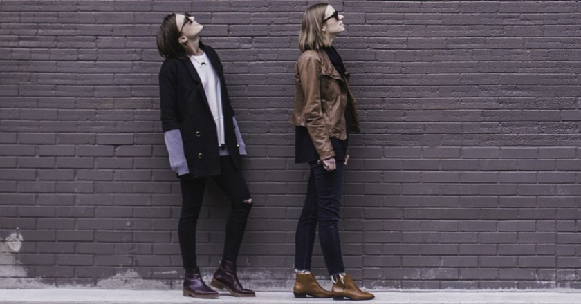 Two women in front of a brick wall │© Unsplash / Pexels