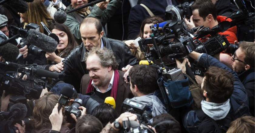 A swarm of people surround Énard after he was announced winner of the Prix Goncourt (2015) | © Etienne Laurent/Epa/REX/Shutterstock (7930387i)