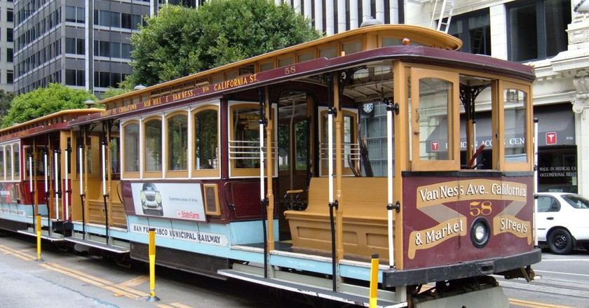 San Francisco cable car no. 58 on California St.    © BrokenSphere / WikiCommons