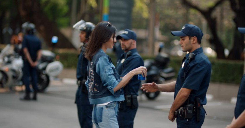 Kendall Jenner knows how to calm down tense situations | © Pepsi/YouTube