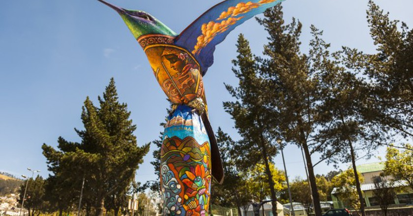 Hummingbird sculpture, painted by visual artists in the park colibries in the city in Quito. Ecuador | © postales/Shutterstock