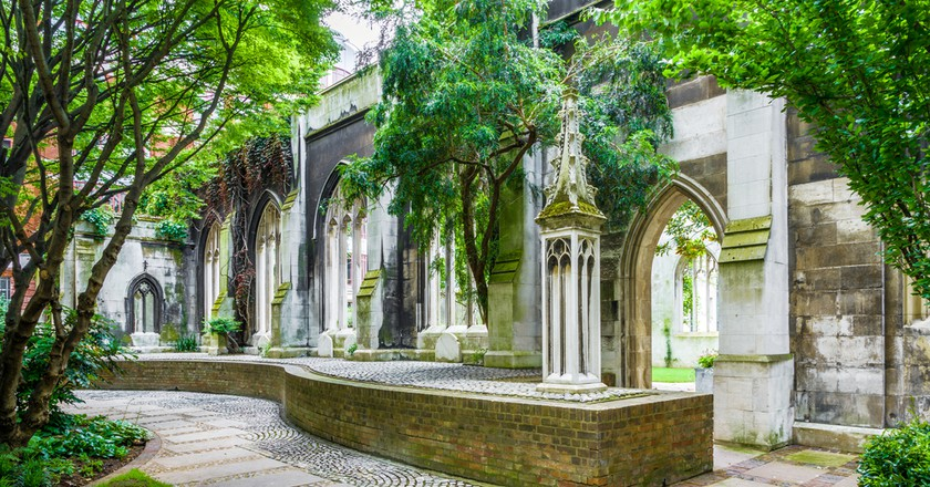 St. Dunstan-in-the-East, a church was largely destroyed in the Second World War and the ruins are now a public garden in London | © I Wei Huang/Shutterstock
