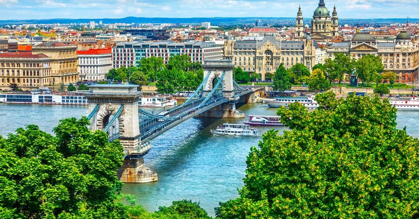 Chain bridge on Danube river in Budapest, Hungary   © Yasonya / Shutterstock