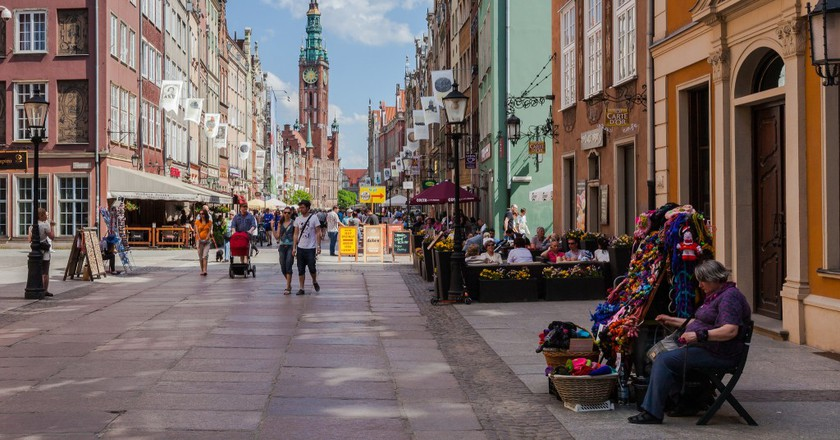Scene in Długa Street with the Main Town Hall in the background, Gdansk, Poland | © Diego Delso/Flickr